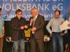 14 Der 1. Bürgermeister der Stadt Geisenfeld, Christian Staudter, überreicht den 19. Hallertauer Kleinkunstpreis, ein Gleisstück der legendären Hallertauer Bockerlbahn.