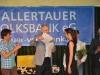 12 Wilfried Gerling, Vorstandsvorsitzender der Hallertauer Volksbank, übergibt für den 2. Platz einen Scheck über 1.000 Euro.
